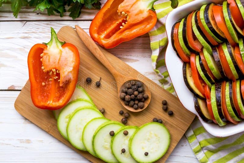 Ongekookte eigengemaakte Franse ratatouille Gezond voedselconcept stock foto