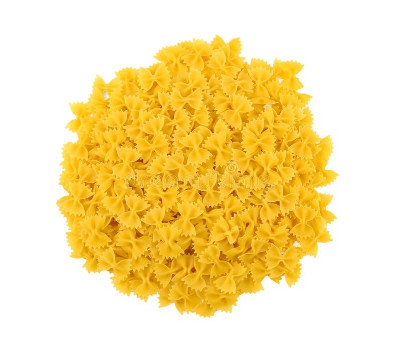 Ongekookte gele farfalle op een wit geïsoleerde achtergrond Typische Italiaanse voedseldeegwaren Vegetarisch diner Droge smakelij royalty-vrije stock fotografie
