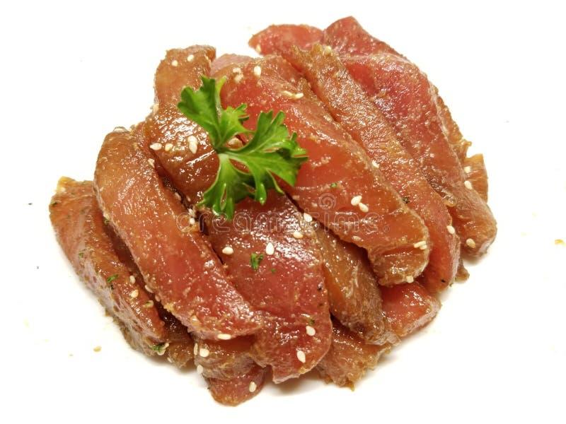 Ongekookte gemarineerde tonijn op een witte achtergrond royalty-vrije stock foto