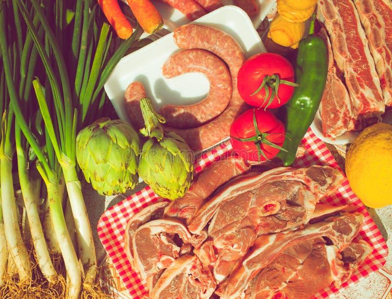 Ongekookte groepsgroenten en vlees stock afbeeldingen