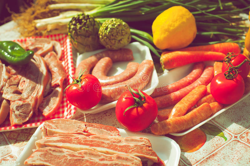 Ongekookte groepsgroenten en vlees stock foto's
