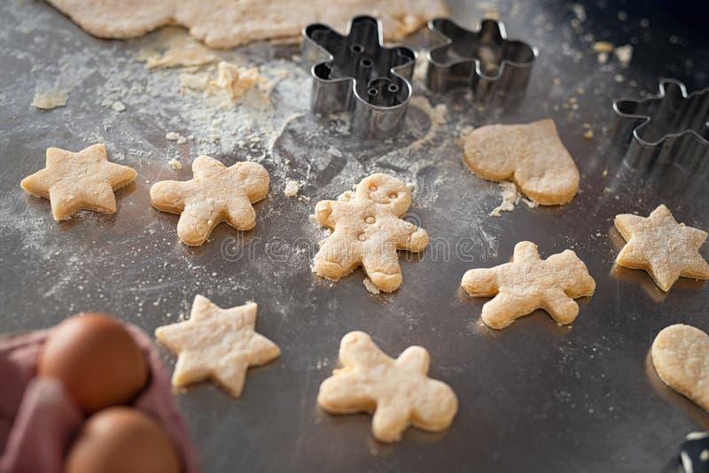 Ongekookte koekjes met de mens van het gemberbrood royalty-vrije stock fotografie