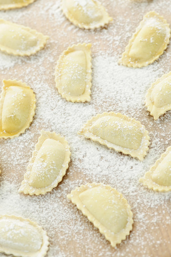 Ongekookte ravioli stock afbeeldingen