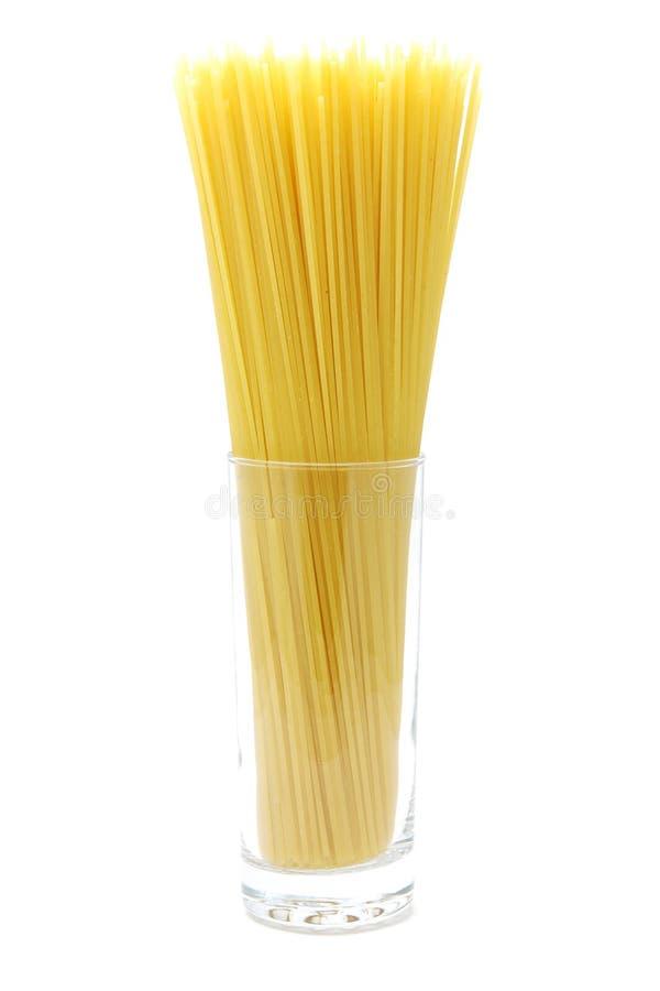 Ongekookte spaghetti in glas stock foto