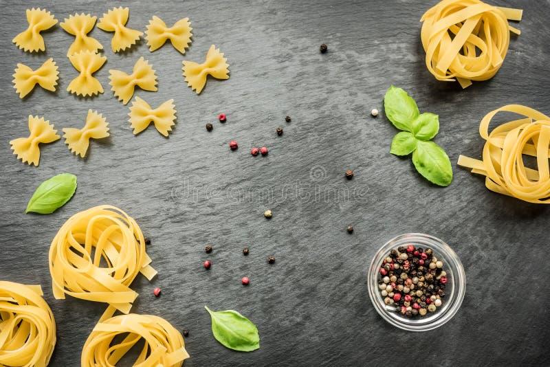 Ongekookte spaghetti, penne, tagliatelle en farfalle royalty-vrije stock foto