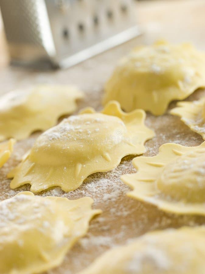 Ongekookte Spinazie en Ravioli Ricotta royalty-vrije stock foto's