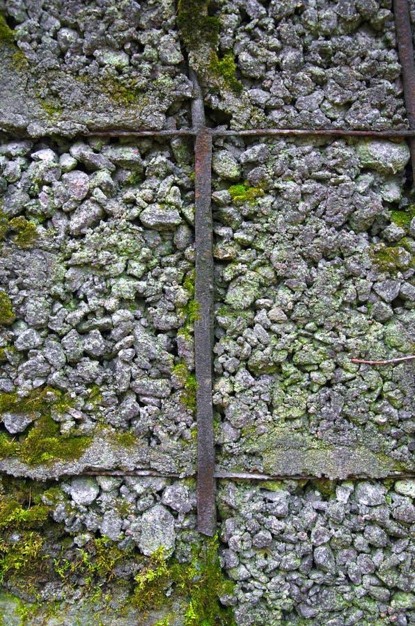Ongelijk hard makend oud beton op metaal grating-achtergrond royalty-vrije stock foto's