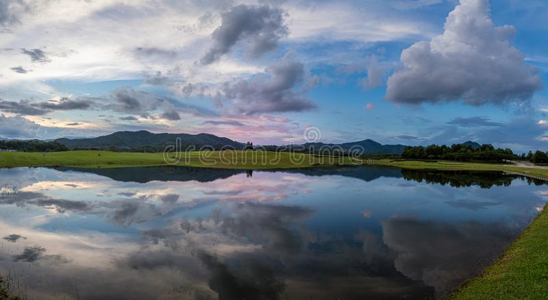 Ongelofelijke kijk op het reflectiemeer op de boerderij Boonrod, Chiangrai, Thailand stock afbeeldingen