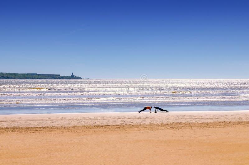 Ongelooflijk Marokko, het verbazen Essaouira, een prachtig strand met mensen die sporten doen stock foto