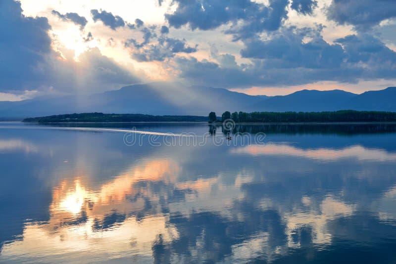Ongelooflijk mooie aard Kunstfotografie Fantasieontwerp Creatieve achtergrond Verbazende kleurrijke zonsondergang Meer, vijver, w royalty-vrije stock foto's