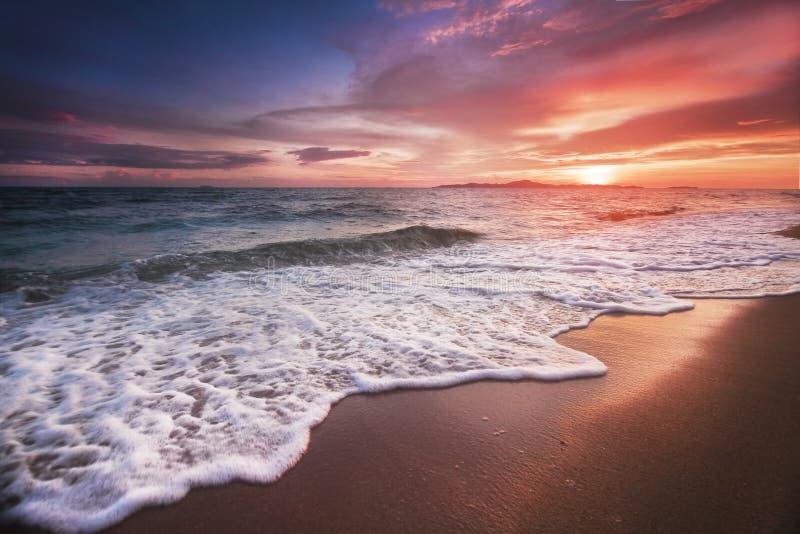 Ongelooflijk mooie zonsondergang op het strand in Thailand Zon, hemel, overzees, golven en zand Een vakantie door het overzees stock afbeelding