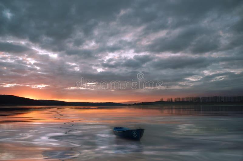 Ongelooflijk mooie zonsondergang Zon, meer Zonsondergang of zonsopganglandschap, panorama van mooie aard Hemel die kleurrijke wol royalty-vrije stock afbeelding