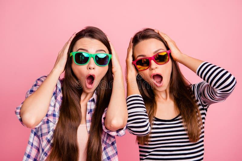 Ongelooflijke Dichte omhooggaande foto van verbaasde grappige gekke funky millennial open mond geïmponeerd door reusachtige verko stock foto's