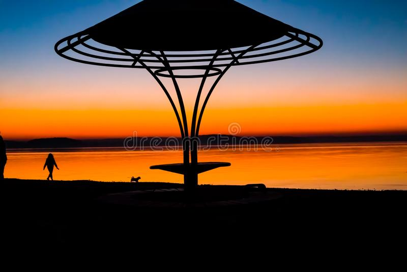 Ongelooflijke, heldere zonsondergang over het water Het Overzees van Minsk, Wit-Rusland royalty-vrije stock fotografie