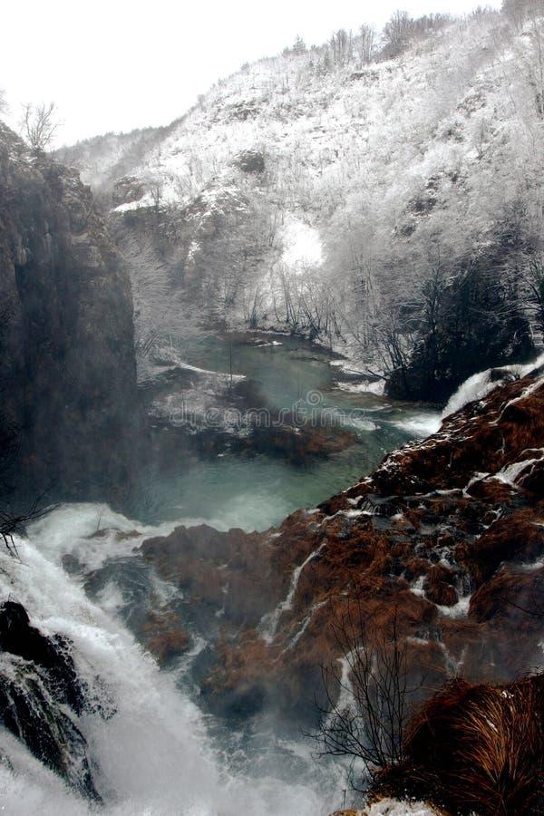 Ongelooflijke Mistige Plitvice-Meren in Kroatië tijdens de de Wintertijd stock foto's