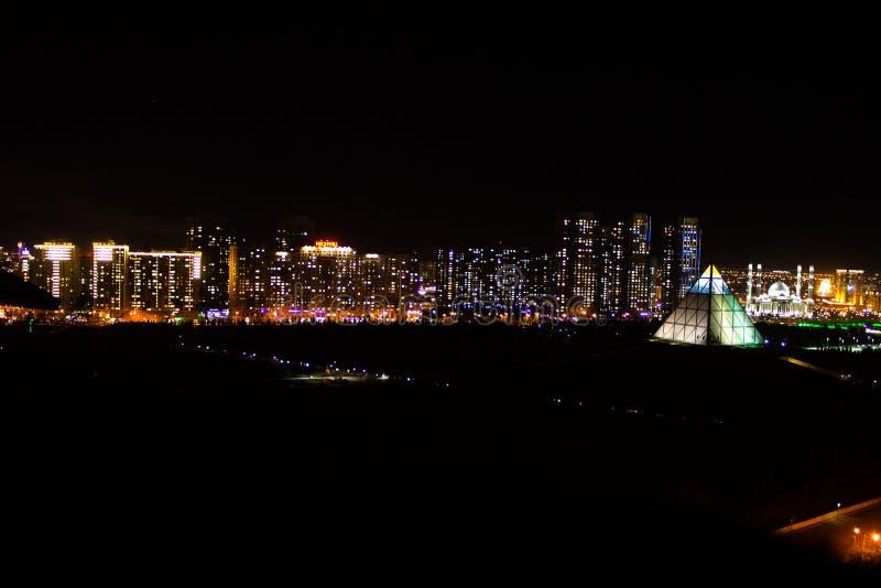 Ongelooflijke nachtstad stock afbeeldingen