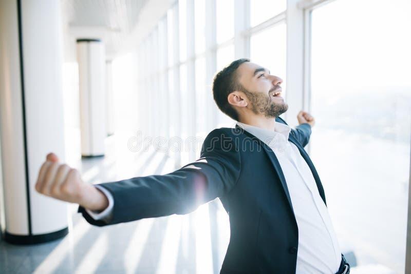 Ongelooflijke vreugde van zakenman stock fotografie
