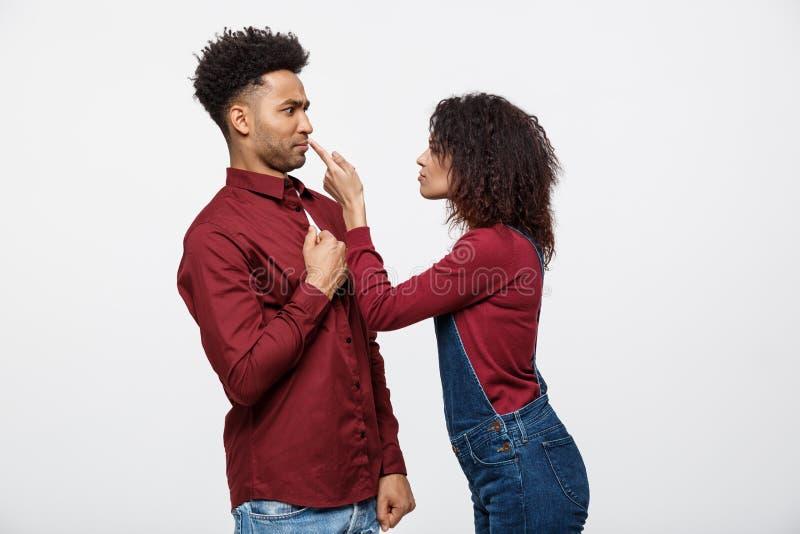 Ongelukkig Afrikaans Amerikaans paar in en vrijetijdskleding die debatteren figthing royalty-vrije stock foto's