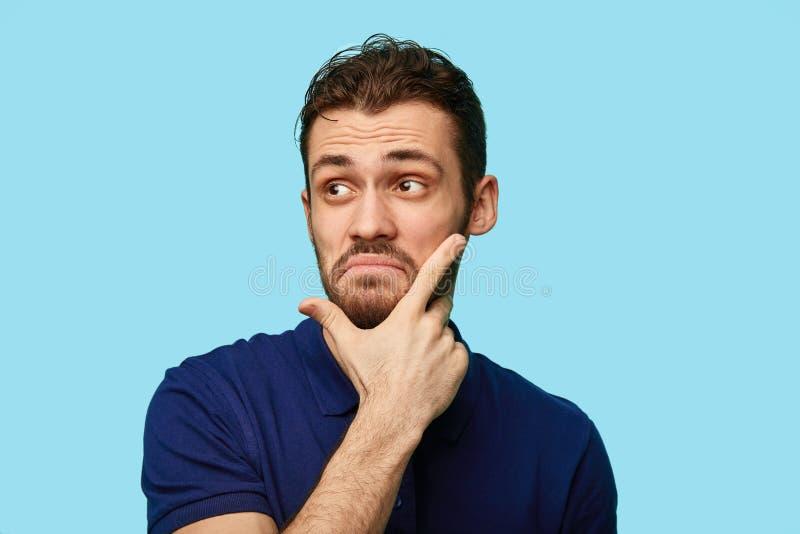 Ongelukkig gefrustreerd mannetje wat betreft zijn kin stock afbeeldingen