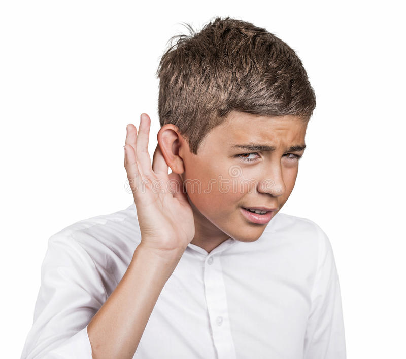 Ongelukkig hard van hoorzitting omhoog spreekt de mens die hand plaatsen bij oor het vragen stock fotografie