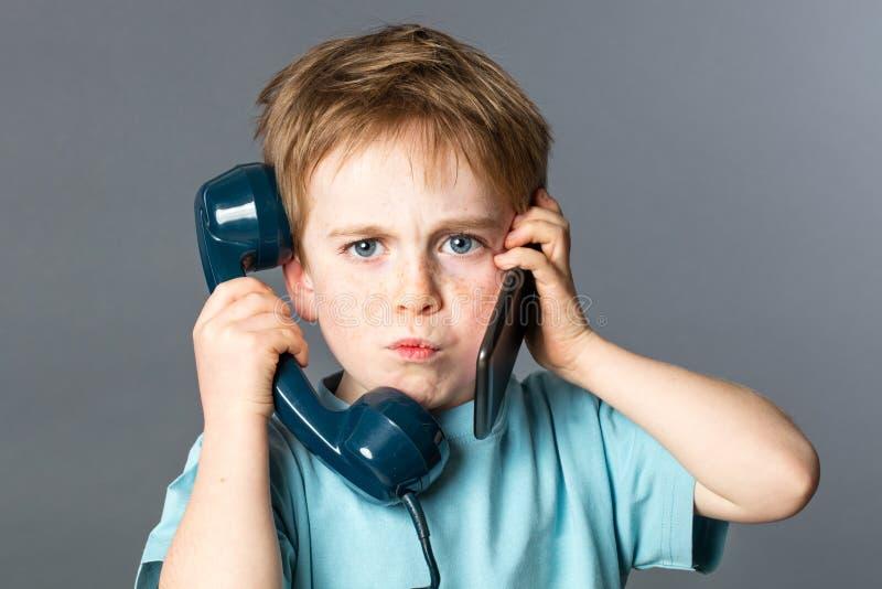 Ongelukkig jong geitje die aan twee stemmen voor doorsmeltings communicatie concept luisteren royalty-vrije stock fotografie