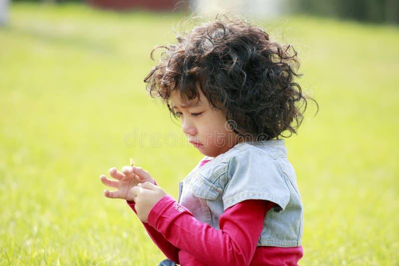 Ongelukkig kind op het gras stock foto's