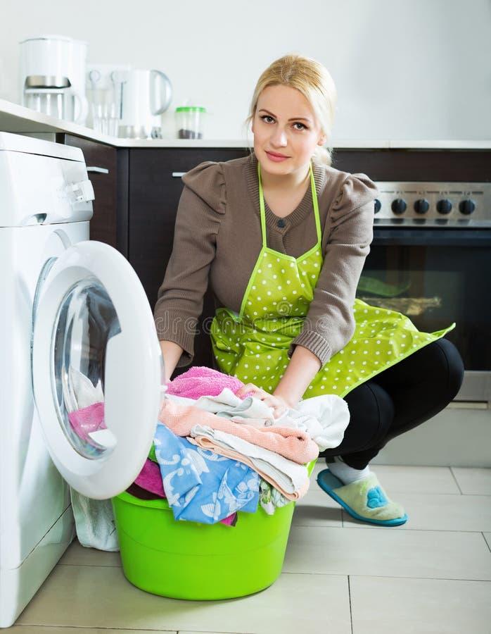 Ongelukkig meisje die wasmachine met behulp van royalty-vrije stock foto