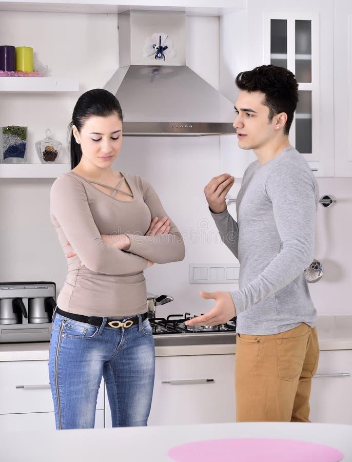 Ongelukkig paar in de keuken stock foto
