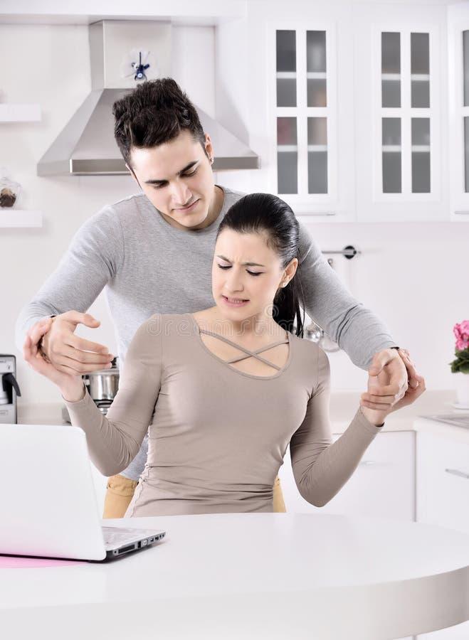 Ongelukkig paar in de keuken royalty-vrije stock foto's