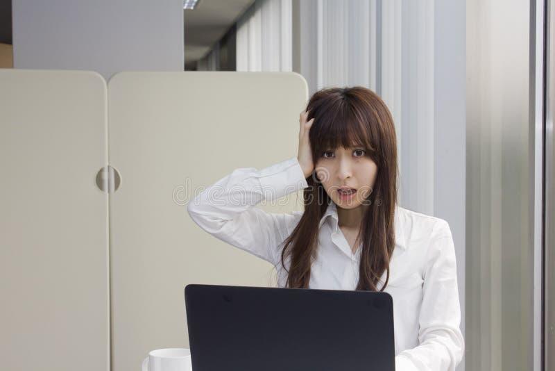 Ongelukkige bedrijfsvrouw voor Laptop computer in bureau royalty-vrije stock foto's