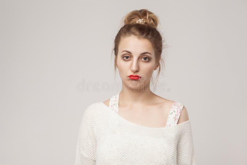 Ongelukkige dame gepufte lippen en het bekijken droefheid camera royalty-vrije stock foto