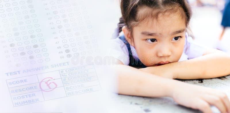 Ongelukkige die student door test met F-rang wordt teleurgesteld Mede onderwijs stock foto