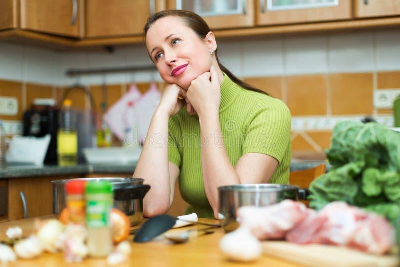 Ongelukkige die vrouw aan kok wordt vermoeid royalty-vrije stock foto's