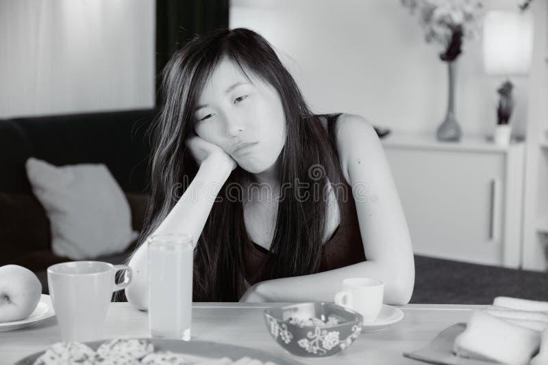 Ongelukkige droevige Chinese thuis vermoeide vrouw stock fotografie
