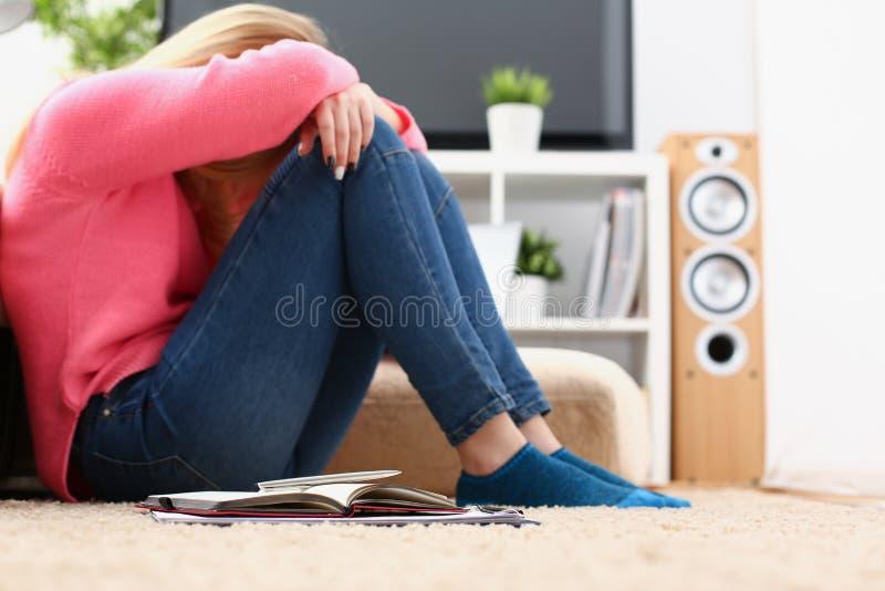Ongelukkige eenzame gedeprimeerde vrouwenzitting op de laag royalty-vrije stock afbeelding
