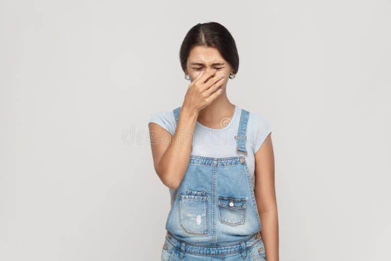 Ongelukkige en gedeprimeerde jonge volwassen zigeunervrouw, die beschaamd voelen stock foto