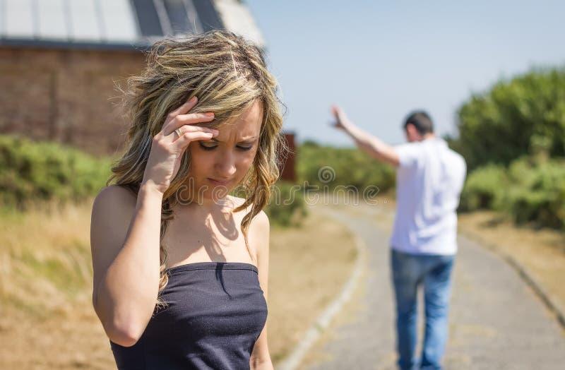 Ongelukkige man en boze vrouw die na ruzie weggaan royalty-vrije stock afbeeldingen