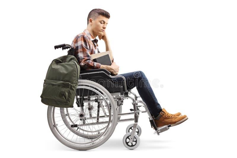 Ongelukkige mannelijke gehandicapte student in een rolstoel stock fotografie