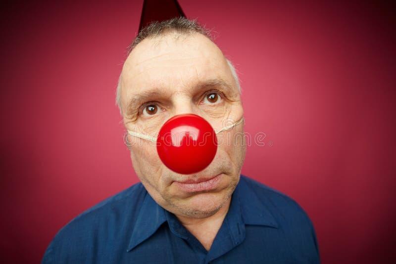 Ongelukkige mens met rode neus stock afbeeldingen