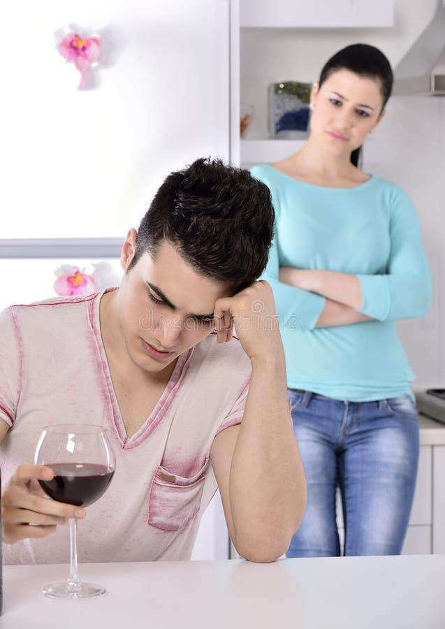 Ongelukkige paar rode wijnstok in de keuken royalty-vrije stock afbeelding