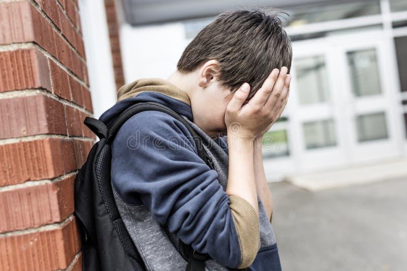 Ongelukkige Pretienerjongen op school royalty-vrije stock foto's