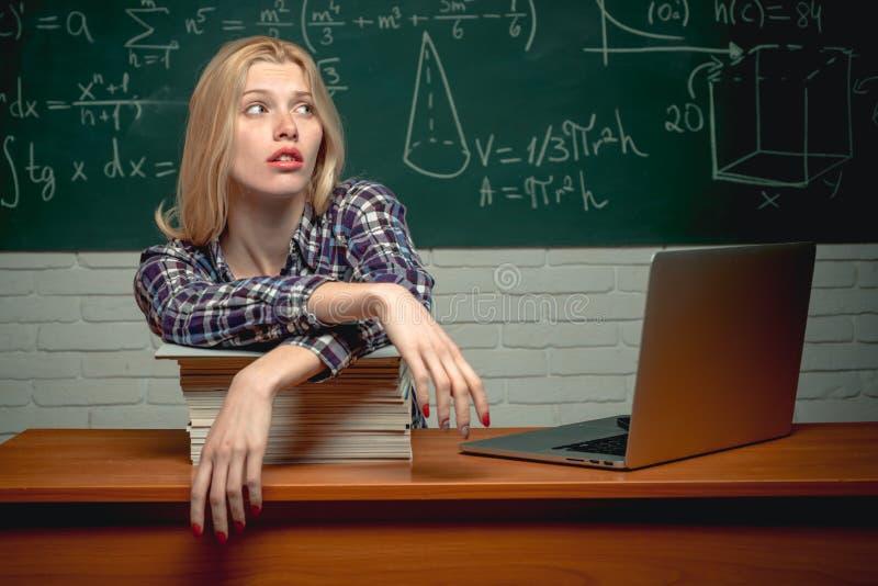 Ongelukkige student die aan laptop werken Onderwijs Ondernemer boos en woedend met laptop Lerarendag opstarten royalty-vrije stock foto