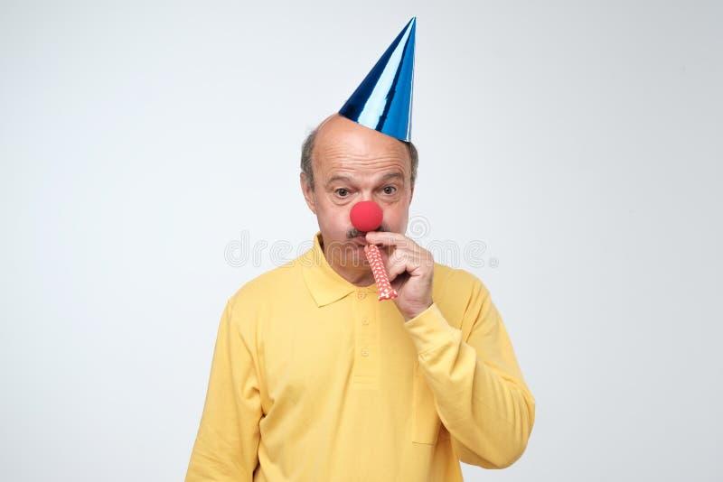 Ongelukkige verjaardagskerel met droevig en teleurgesteld stoppelveldgevoel omdat niemand zijn verjaardag kwam vieren, royalty-vrije stock afbeeldingen