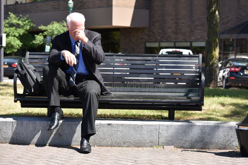 Ongelukkige Volwassen Directeurzitting op Bank stock foto's