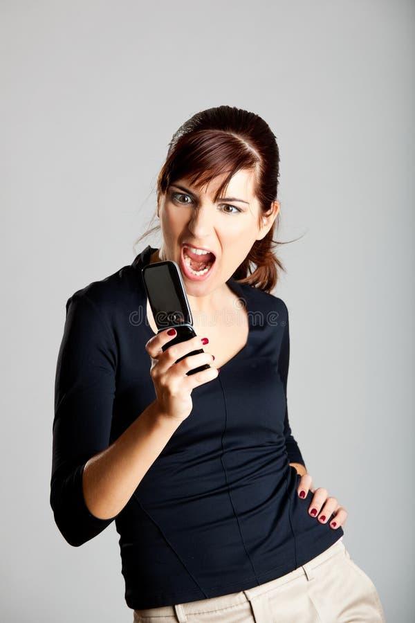 Ongelukkige vrouw bij cellphone stock foto