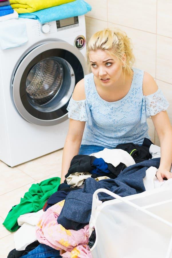 Ongelukkige vrouw die heel wat wasserij hebben royalty-vrije stock afbeeldingen