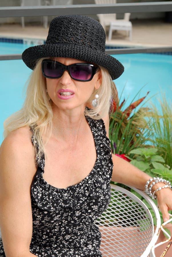 Ongelukkige vrouw op vakantie royalty-vrije stock afbeelding