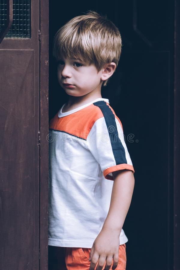 ongelukkige weinig kind sensorische verbindingen stock foto