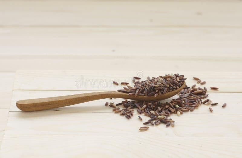 Ongepelde rijst Het heeft een mild nootachtig aroma, is taaier en voedzamer dan witte rijst stock foto