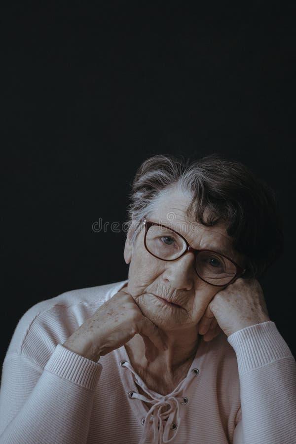 Ongerust gemaakt eenzaam bejaarde royalty-vrije stock afbeelding
